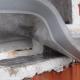 Lepljenje folije na spodnji vogal okna - Foto: Gradbeni inštitut ZRMK