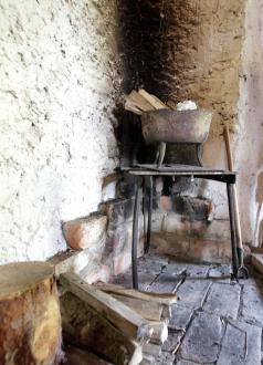 Nad majhnim ognjiščem so se včasih dimile mesne dobrote.