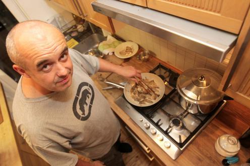 »Moja idealna kuhinja? Vsekakor večja kot ta, ki je velika tri krat dva metra. Sicer ima veliko delovno površino, kar je dobrodošlo, a v eni omarici se skriva plinska peč, pod pultom je tudi pralni stroj. Kljub temu je dovolj prostora za dva kuharja. Preverjeno, midva že do potankosti obvladava ples izogibanja drug drugemu,« se namuzne Boštjan Napotnik.