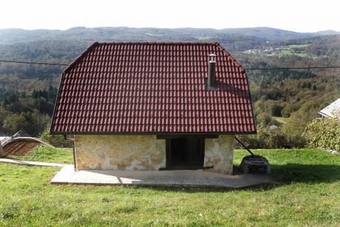 Slamo na strehi so zamenjali strešniki, tudi dimnik je nov, vse drugo pa je Franc Koncilja poskušal ohraniti v čim bolj izvirni podobi. Na zidu so lepo vidne sledi mešanice cementa in mivke, s katero so zapolnili luknje v zidu in ga utrdili. Lukenj ni bilo malo, tudi globoke so bile – da so jih zapolnili, so porabili 60 25-kilogramskih vreč cementa. Etnolog Janez Bogataj je z rezultatom zadovoljen: »Kakšno malenkost bi sicer lahko naredil drugače, na splošno pa lahko rečem, da mu je uspelo ohraniti istovetnost prvotnega objekta in njegovo vsebino.«