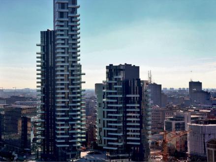 Mestno četrt v Milanu sestavljajo trije predeli: Garibaldi, Varesine in Isola. Povezuje jih osrednji javni park, vse skupaj meri približno 290 tisoč kvadratnih metrov.