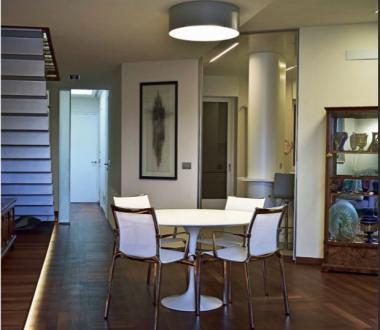 Prenovljeno meščansko stanovanje se razprostira v dveh najvišjih nadstropjih hiše z lepimi razgledi na mesto in morje.