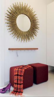 Predsoba je v svoji osnovi barvno izčiščena. Za nekaj živahnosti poskrbita le v rdečo tkanino oblazinjena tabureja, nad njima pa podobo zaokroži ogledalo z zlato rumenim okvirjem.