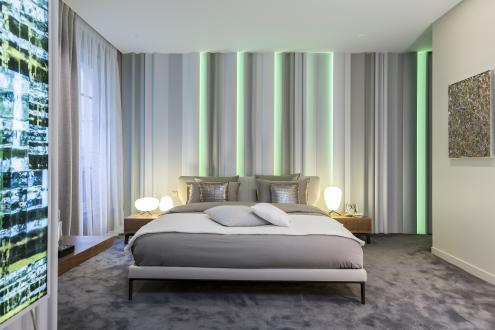 Stanovanje ima dve spalnici oziroma suiti, h katerima spadata še kopalnici in garderobni sobi. V teh dveh prostorih je vse podrejeno udobju in prijetnemu spancu. Barvna shema pa je podobna kot drugod v stanovanju: prehaja od modnih sivih do zemeljskih odtenkov. Za prijetno večerno vzdušje poskrbijo vertikalni svetlobni paneli.