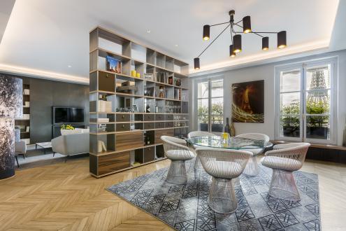 Notranji oblikovalec Gérard Faivre je stanovanje kupil prav zaradi razgleda na znamenitost, ki je bila tudi navdih za opremo. Osrednji material je zato kovina.