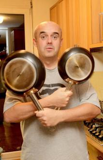 Na vprašanje, kaj potrebuje kuhar, kot iz topa izstreli: »Dobro voljo. Štedilnik in pečica seveda prideta prav, nujen je vsaj en dober nož, deska, ponev in lonec ali dva, pa lahko skuhaš kar koli. Sploh ni nujno, da imaš ne vem kakšne oh in sploh piskre, se pač navadiš kuhati s tistim, kar imaš pri roki. Več ko kuhaš, bolje poznaš svoje kuhinjsko orodje in laže pripravljaš hrano.«