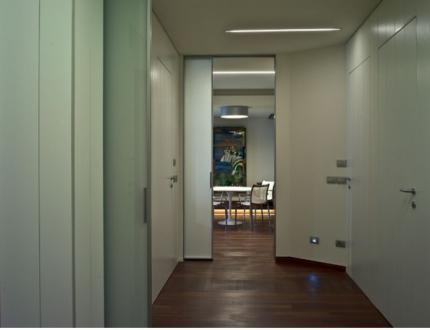 Razporeditev prostorov so zasnovali tako, da so jih razdelili na dva dela: na poljavni del za posle in zasebni, intimni del za bivanje. Že vetrolov se lahko delno zapre z drsnimi vrati.