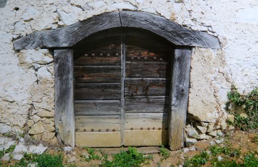 Franc Koncilja je hotel stara vrata na pročelju zidanice zamenjati, a ga je Janez Bogataj prepričal, da jih je ohranil. Zaradi varnosti je na njih namestil še kovana železna vrata.