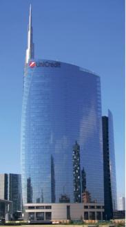 Stolpnica argentinskega arhitekta Césarja Pellija – Garibaldijev nebotičnik, v katerem je sedež banke Unicredit – v višino meri 231 metrov in je najvišja v Italiji.