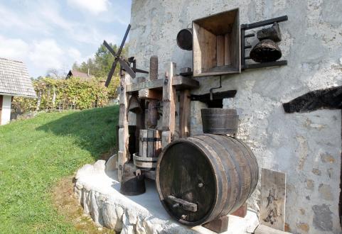Pred zidanico je postavil na ogled staro prešo, vinski sod, klopotec in druge pripomočke, ki so jih nekdaj uporabljali vinogradniki.