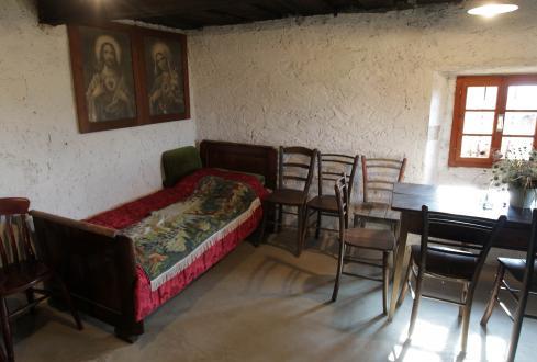 Na steni ob vznožju postelje se še vedno vidi, da je tu nekoč stala krušna peč.