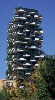 Bosco Verticale oziroma »navpični gozd«, eden izmed dveh stanovanjskih blokov (ta je višji in meri 110 metrov), ki si ju je zamislil arhitekt Stefano Boeri. Na terasah stanovanj so zasadili 900 dreves.