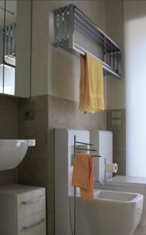 Tudi kopalnica je podobno kot drugi prostori zasnovana sodobno, a hkrati brezčasno, z vsemi nujnimi kopalniškimi elementi. Tudi tu je nabor barv nevtralen in izčiščen.