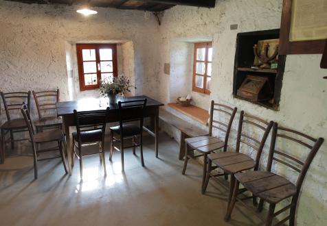 Pohištvo in druge predmete so lastniku večinoma podarili prijatelji in znanci. Stene so prebeljene z apnom, lastnik se je pri tem izognil le dvema mestoma na steni ob oknih – na enem je še viden zapis z letnico 1943, na drugem letnice ni mogoče razbrati.