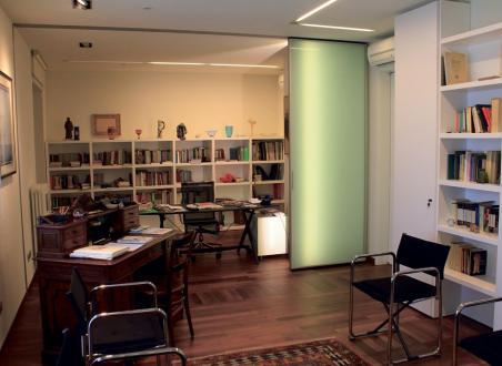 Pisarna je razdeljena na dva dela: javnega in zasebnega. Razmejujejo jo trokrilna drsna vrata, ki zaprejo zasebni del pisarne, od koder je še en izhod v druge prostore. Skoraj v vsakem prostoru je ob moderni opremi tudi kakšen star kos pohištva, umetniška slika ali kak drug lep predmet z zgodovinsko vrednostjo. V pisarni je to med drugim lepo ohranjena pisalna miza.