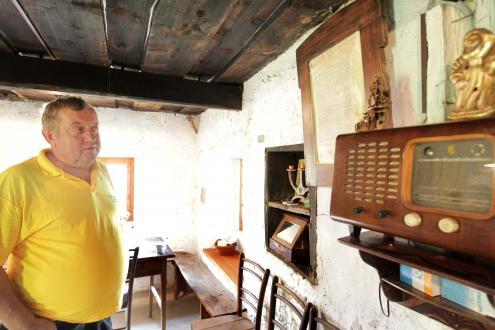 V izbi sta dva radia, eden z letnico 1957, drugi še starejši. Enega je Franc Koncilja usposobil: »Lovi samo en program nacionalnega radia.« Zraven radia je ogledalo, pravzaprav le še okvir, ki ga je Koncilja našel v zidanici. Namesto ogledala je uokviril stran časopisa Domoljub iz leta 1928, ki jo je našel na zadnji strani ogledala.
