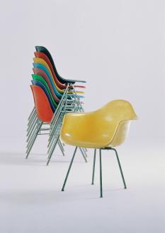 Zloženi stoli iz steklenih vlaken DSS, 1954, in stol DAX, 1950.  - Foto: Foto: Thomas Dix