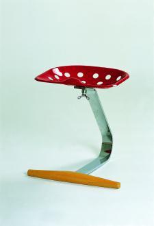 Mezzadro (No. 220), A. & P. Castiglioni, 1954 do 1957. Barski stol je v resnici industrijsko-estetski manifest: traktorsko sedišče, povezano z upognjeno jekleno palico.  - Foto: Foto: Thomas Dix