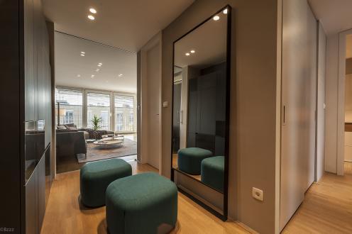 Predsobo in bivalni del stanovanja ločujejo nova steklena drsna vrata.