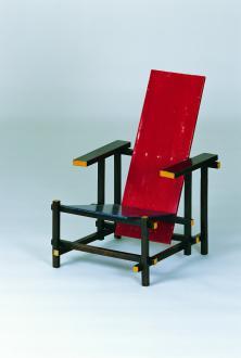 Stol Roodblauwe stoel, Gerrit T. Rietveld, 1918. Umetniki iz skupine De Stijl okrog Thea van Doessburga in Pieta Mondriana so menili, da je to prototip abstraktno-realističnega interiera prihodnosti. - Foto: Foto: Thomas Dix