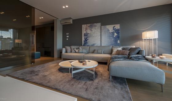 Unikaten pečat v interierju dajejo tudi grafike v dnevnem prostoru, za katere sta arhitektki izbrali in prilagodili motiv, ki združuje barvno paleto, uporabljeno v stanovanju.