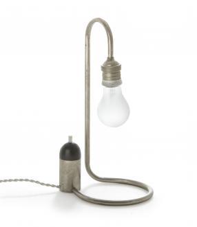 Brutalno preprost dizajn namizne svetilke (Sybold van Ravesteyn, 1926) je rezultat vpliva funkcionalistične avantgarde tistega časa.  - Foto: Foto: Andreas Sütterlin