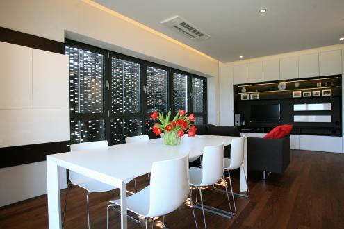 Osrednji prostor stanovanja je namenjen kuhinji z jedilnico in dnevni sobi.