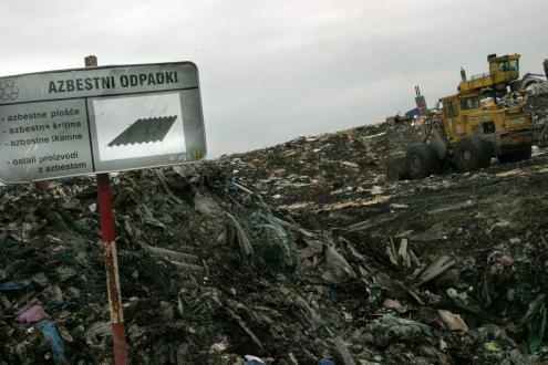 Nenevarne gradbene odpadke, med katere spadajo tudi s posebno folijo ustrezno zaščiteni azbestnocementni odpadki, odlagamo na odlagališčih nenevarnih odpadkov.