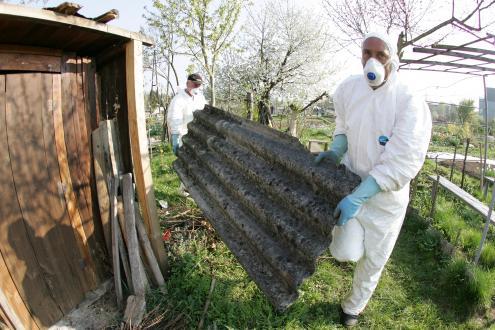 Po podatkih agencije za okolje je za varno odstranjevanje azbestnocementne kritine pooblaščenih 360 izvajalcev, a jih to delo opravlja več kot tisoč.