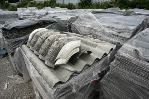 Azbestnih vlaken, ki se sproščajo iz polomljene ali kako drugače poškodovane azbestnocementne kritine, ne vidimo s prostim očesom, jih ne vohamo in ob vdihavanju ne čutimo.