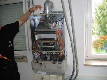 Pri plinskih grelnikih ni težav s sajami, zato mehansko čiščenje dimnika ni potrebno. Nujno pa je enkrat na leto izmeriti količine in vsebnost dimnih plinov ter dovod izgorevalnega zraka.  - Foto: arhiv Ismeta Okića