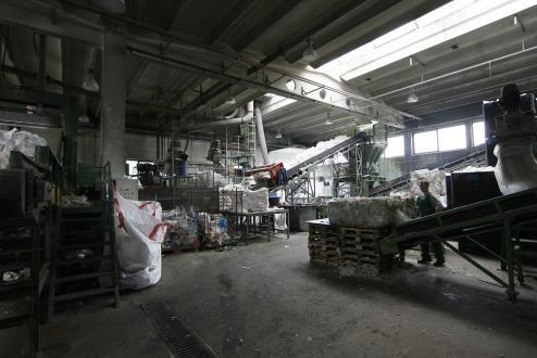 Recikliranje plastike se začne s sortiranjem in mletjem. Ročno odstranijo večje kose kovine in drugih odpadkov ter material v mlinih zdrobijo na majhne delce.