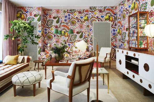 Prostor s tapetami Svet tiska, World of Prints, ki so delo Josefa Franka, je opremljen s pohištvom, ki prav tako nosi njegov podpis.