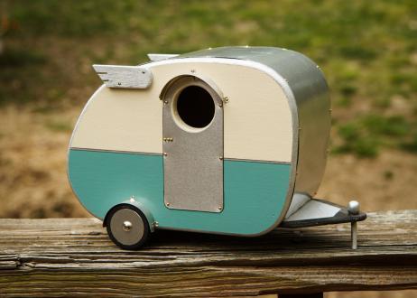 Ptičja hišica Vintage Camper, etsy.com, 53,17 evra