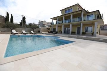 Vila ima zunaj dovolj prostora za poležavanje ob bazenu in uživanje na soncu.