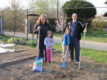 Družina Taškar Beloglavec, ki je lani na svojem mestnem vrtu pridelala več kot 170 kilogramov zelenjave.