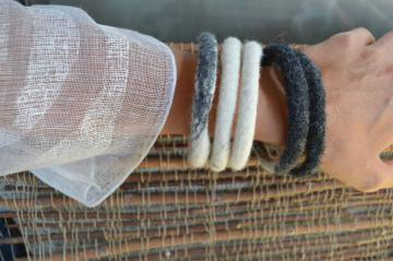 Iz volnene polsti lahko nastanejo tudi zapestnice. - Foto: arhiv Renata Bedene