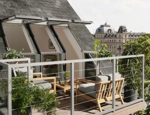 Strešna okna: Izbiro prilagodimo višini vgradnje in pohištvu