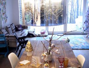 Praznično pogrnjena miza: rdeča po skandinavsko