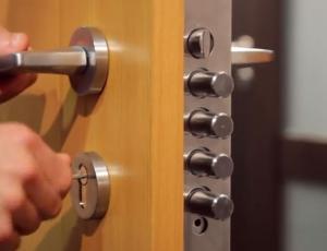 Protivlomna vrata: Varnejša, če so opremljena z elektroniko