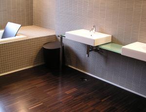 Obloge v kopalnici: Les le, če je izdelava kakovostna