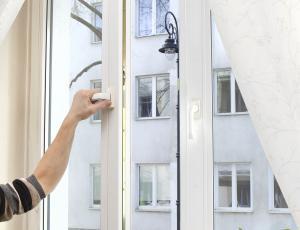 Okovje stavbnega pohištva: Odpiranje, tesnjenje, varnost in zračenje