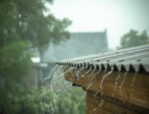 Zbiralniki deževnice: V hiši potrebujemo vzporedno napeljavo za sanitarno vodo