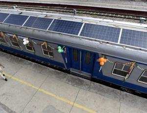 VIDEO: Na strehah indijskih vlakov sončni paneli