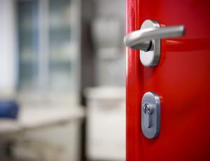 Popravilo vrat ni edino, kar krije asistenca za dom