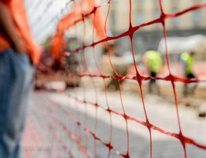 Junija izdanih manj gradbenih dovoljenj za stavbe