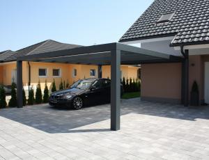 Nadstreški za avtomobile: na prostem, vendar pod streho