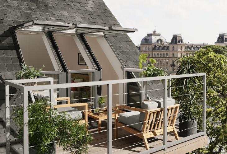 Za vgradnjo strešnega balkona so najbolj primerne strehe z naklonom med 35 in 53 stopinjami, pomembna pa je tudi višina kolenčnega zidu. Prilagodijo ga lahko vsem kritinam. - Foto: arhiv Velux