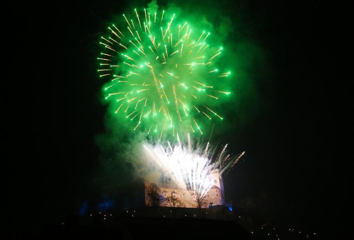 V znamenju Zelene prestolnice Evrope je bil tudi silvestrski ognjemet v Ljubljani, kjer sta tokrat prevladovali bela in zelena barva.  - Foto: Uroš Hočevar/Delo