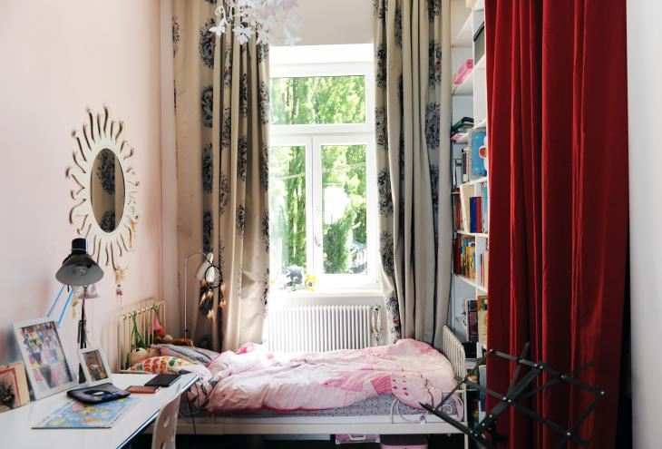 Otroško sobo zaznamuje roza barva in prav tako kolaž zanimivih kosov pohištva in predmetov.